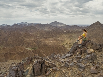 Shawka Hiking Trail UAE Ras Al Khaima woman sitting on the rock
